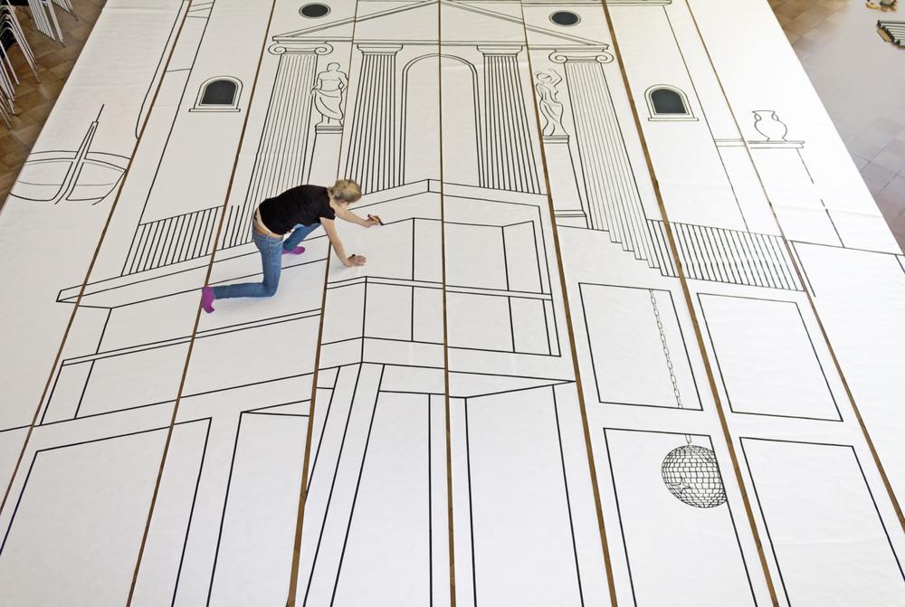 Das Motiv wird von Hand auf die acht Meter langen Tyvek-Bahnen gezeichnet