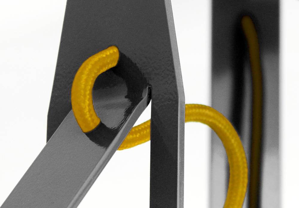 die Kabel laufen durch die Metallbügel