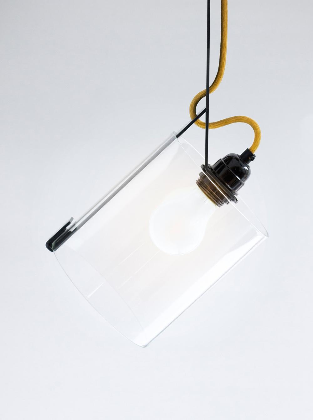 Glaszylinder werden von den Bügeln gehalten