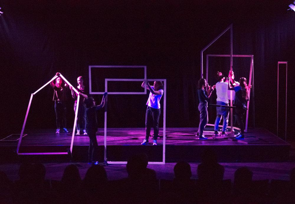 Umbau der Bühne als Teil des Stückes