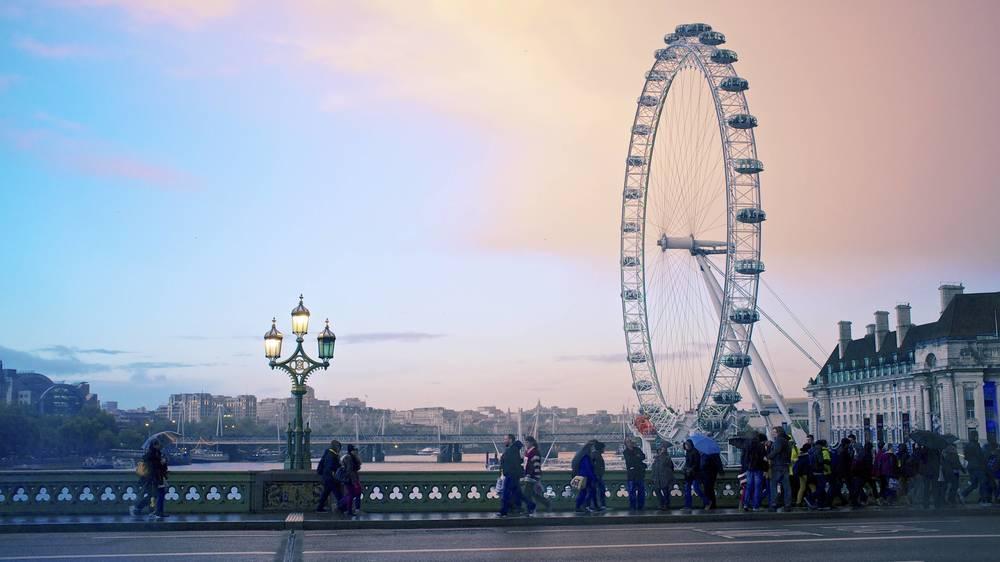 伦敦眼、纯蓝的天空和粉红的云