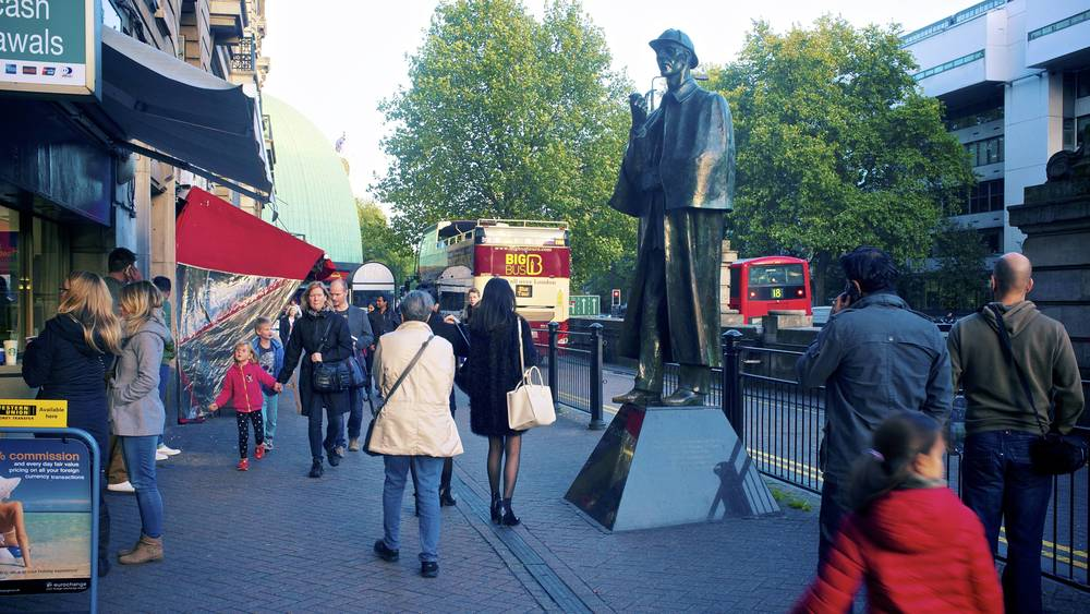 现实中的福尔摩斯雕像,年龄似乎更大了些