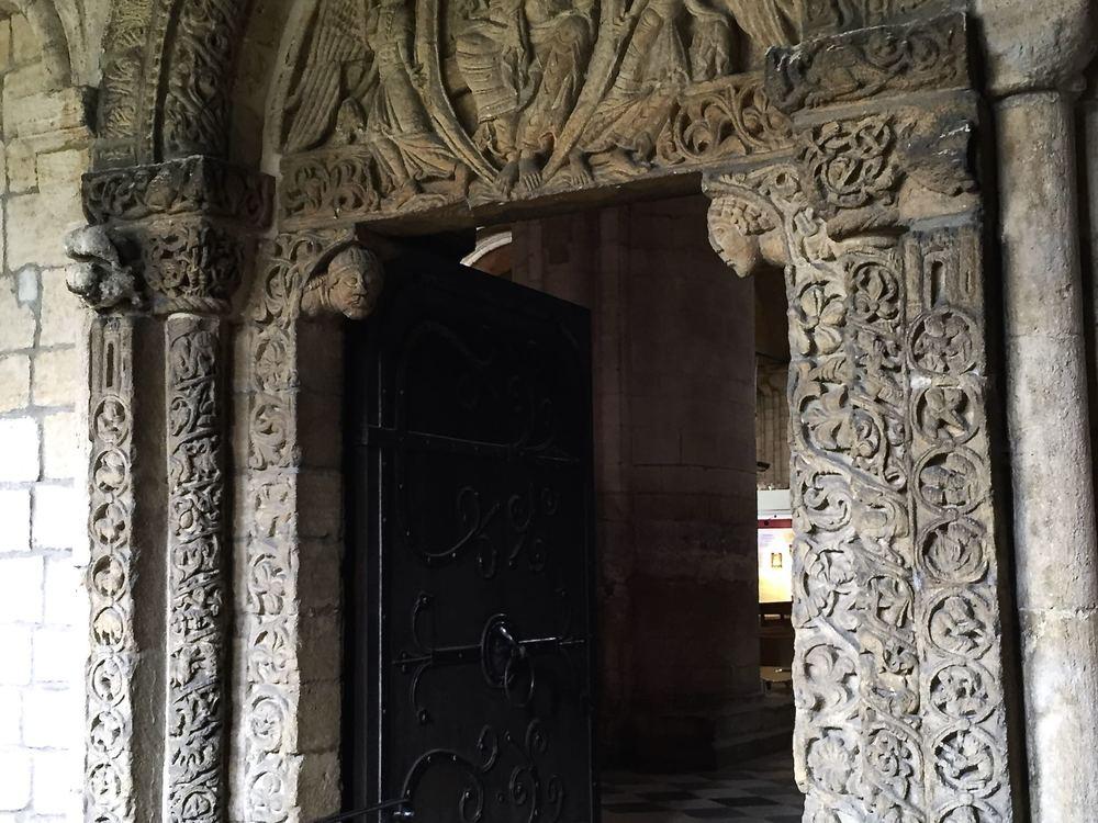 Ely Cathedral 大堂供 priest 进入的侧门,左边的门框代表天堂,右边的代表地狱。