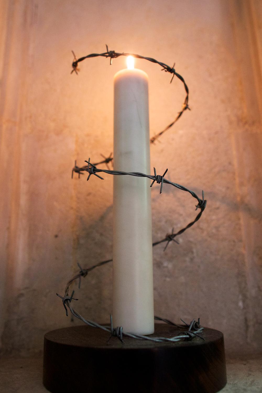 蜡烛周围的铁丝不是为了防偷,而是象征着上面说到的人所受的折磨。
