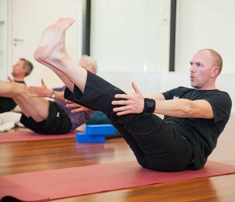 Fyraftensyoga for mænd - Med Tina Fresco  Tirsdag:Kl. 17.00 - 18.30 med TinaHårdt arbejde i mærkelige stilinger giver stive og ømme muskler.På disse rene mandehold træner vi især smidighed og styrke i din ryg, dine skuldre, hofter og knæ.Yoga kan hjælpe dig med at mærke hvornår kroppen skal have en pause, hvornår du skal bøje lidt den anden vej eller finde tid til at trække vejret.Du skal dyrke yoga for at passe bedre på din krop, så du slipper for at starte dagen med smertestillende piller.Det er ubehageligt at have maven fuld af mad, når man dyrker yoga.Spis derfor sparsomt to timer inden yogaklassen.Holdet kører hele året.Du kan melde dig på når som helst og bare betale for det antal gange, der er tilbage af sæsonen.