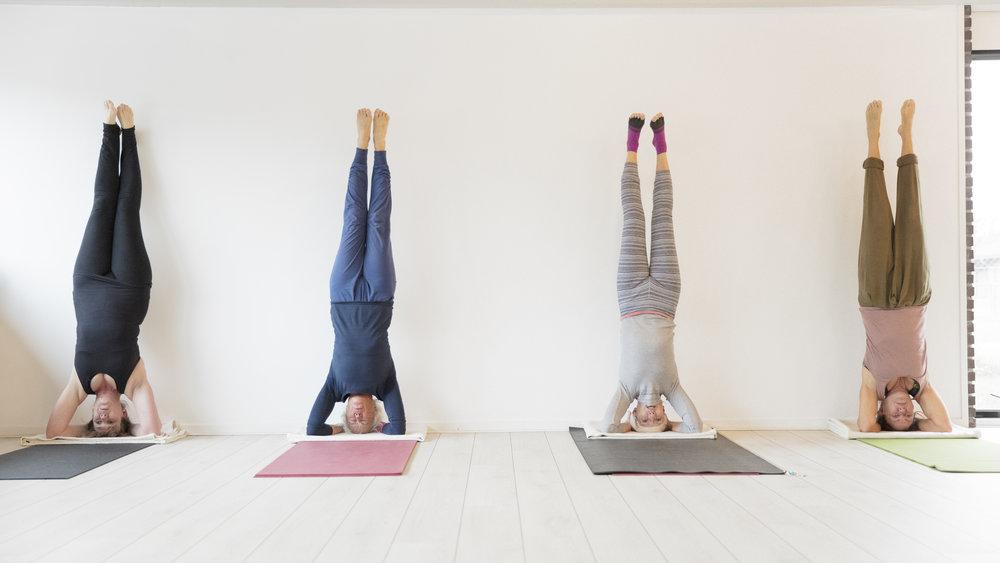 Omvendte stillinger er en naturlig del af kraftfulde yogaklasser som Power og Flow. Der skal bygges op gradvist til disse stillinger.