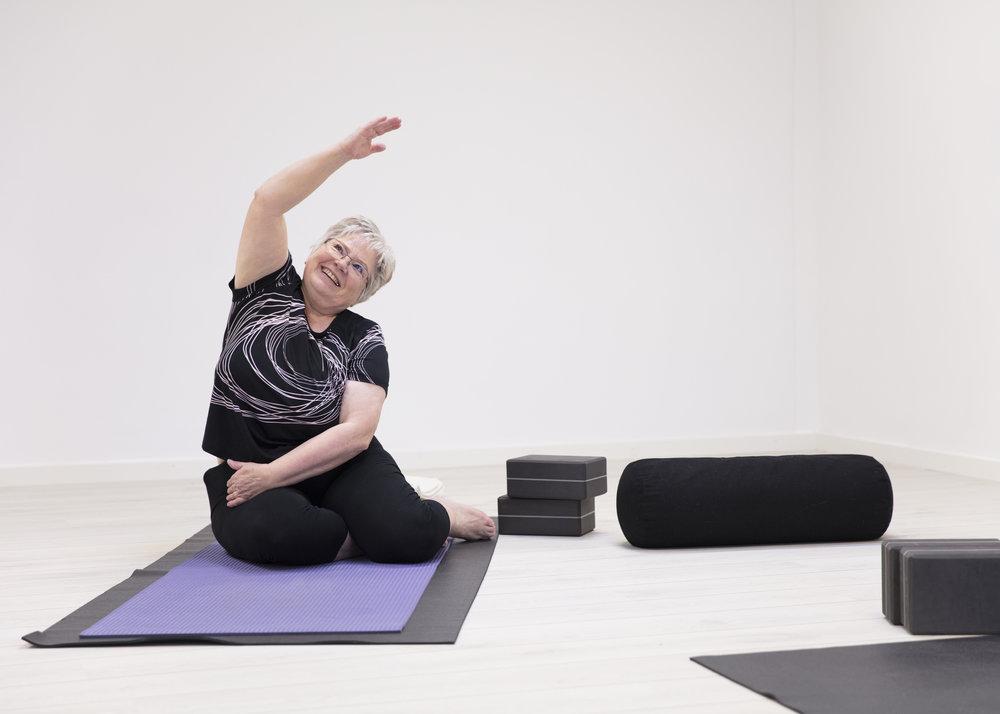 I skånsom yoga tilpasses undervisningen de tilstedeværende deltagere i respekt for de fysiske udfordringer de hver især har - og så griner vi en del ...