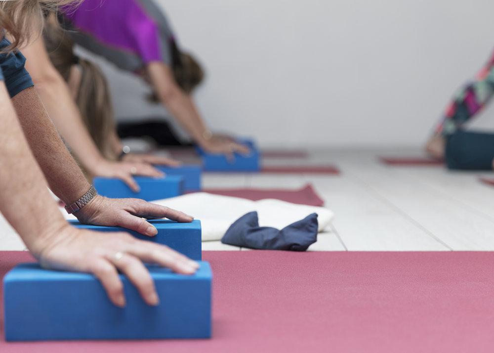 I de blide yogaklasser bruger vi ofte hjælpemidler som yogaklodser. Der er masser af variationer af de klassiske hatha yoga stillinger, som er mere skånsomme en power yoga klasser.