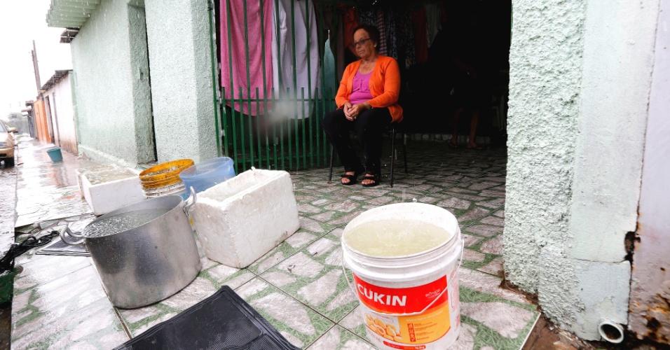 Kvinna som samlar regnvatten