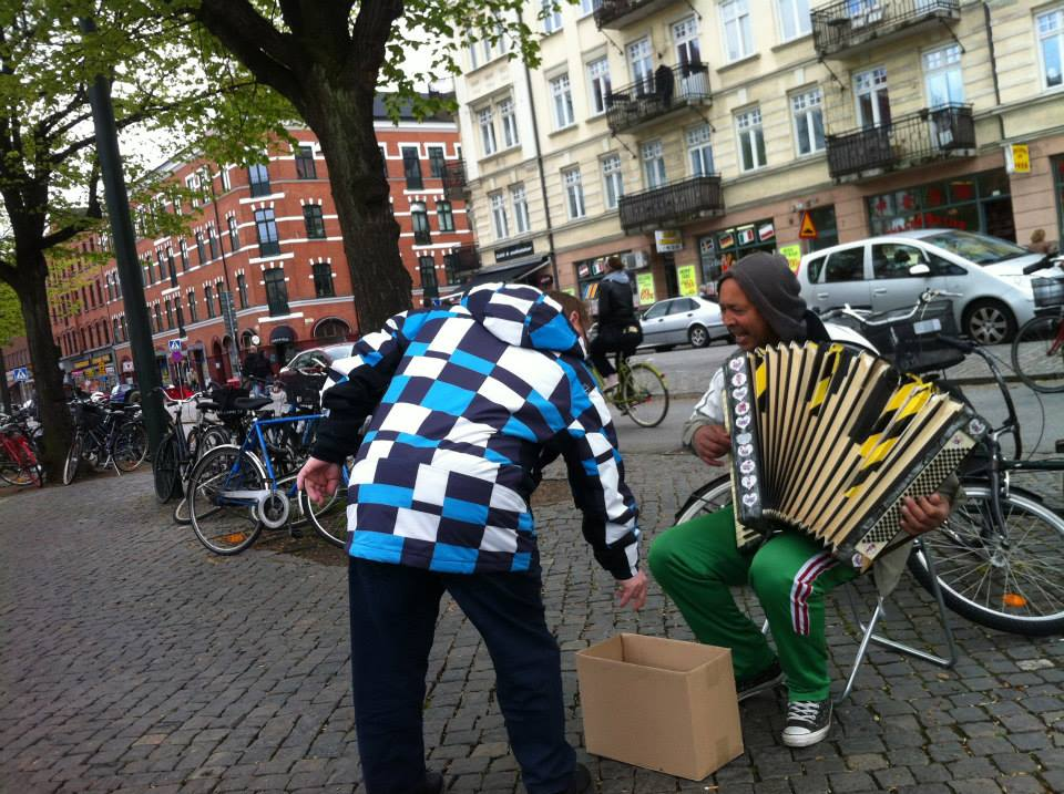 An immigrant playing music on the streets of Malmö, Möllevångstorget. Photo credits: César Ortiz