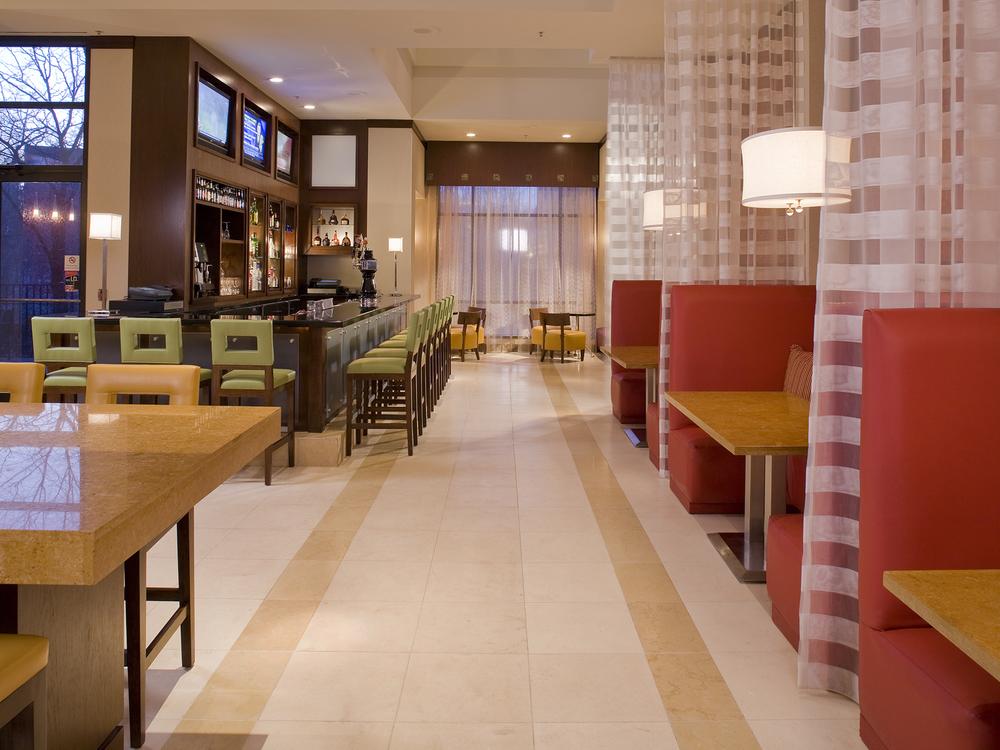 Marriott-08-dining-bar.jpg