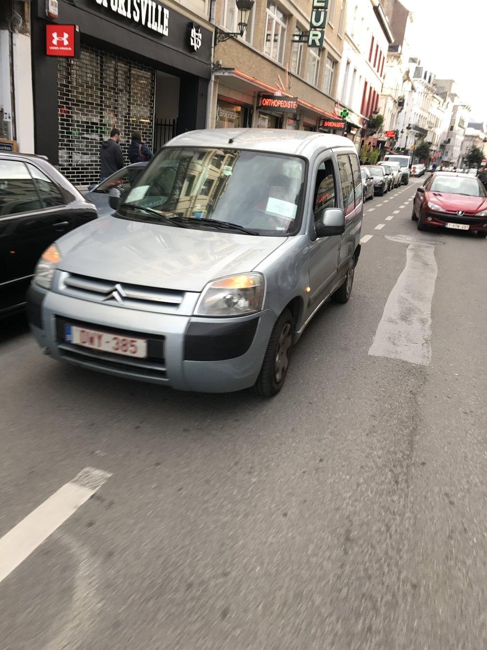 Zuidstraat (kant Beurs) - De hemel voor dubbelparkeerders.