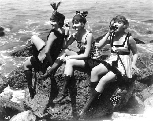 flapper-girls-on-the-beach