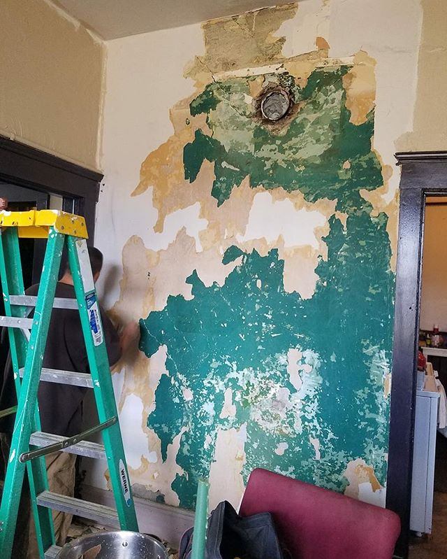 This is the last half wall we are working on in the dining room. LOOK at that old green paint! I've reconsidered the dining room from Sahara Sand to matching the rich green. I might be repainting the while thing this weekend!! . . . #MLGardner #1929Series #redhouserenovation #reno #diy #author #authorsofinstagram #writer #writersofinstagram #oldhouse #reno #renovation #restoration #vintage #Butte #Montana #1929 #home #fixerupper