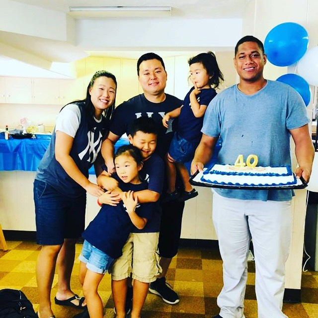 Thank you everyone for celebrating with us! I've been wanting to do something big for his 4-0 but what do you get the most low maintenance guy? A surprise bday with friends and with food from his favorite plate lunch place, make it Jets and Yankees themed and take a pic with the whole family wearing Yankees gear ✅✅ and ✅!