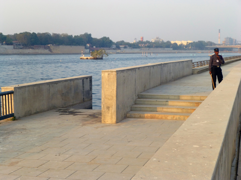 Various barriers to accessing the Sabarmati River from the Riverfront Park