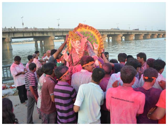 Ganesha Visarjan in Ahmedabad. Photo:http://theahmedabadblog.com/wp-content/uploads/2013/09/GanpatiVisarjan_Elisebridge_JAY.jpg.jpg