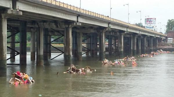 Idols remain in the Sabarmati River after the Ganpati Visarjan festival in Ahmedabad (photo credit: Madgur Todi via Twitter).