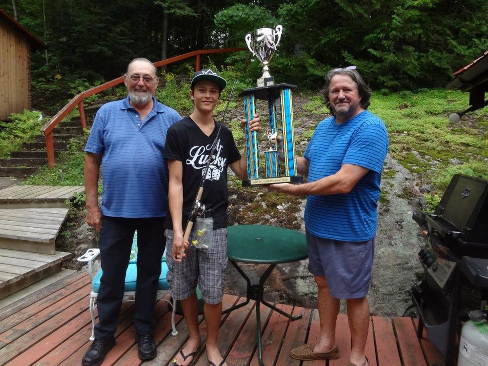 Denis Lefebvre & Don Ramsay presenting trophy & prize to Ian