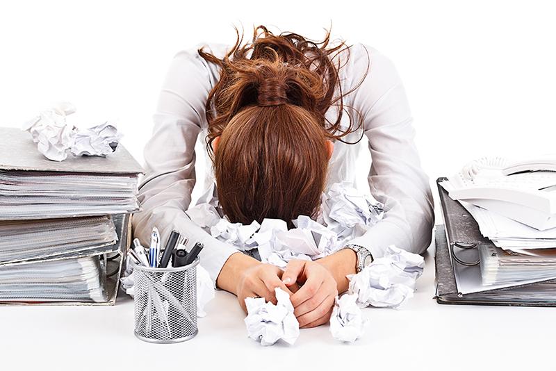 business_woman an Schreibtisch mit Unterlagen