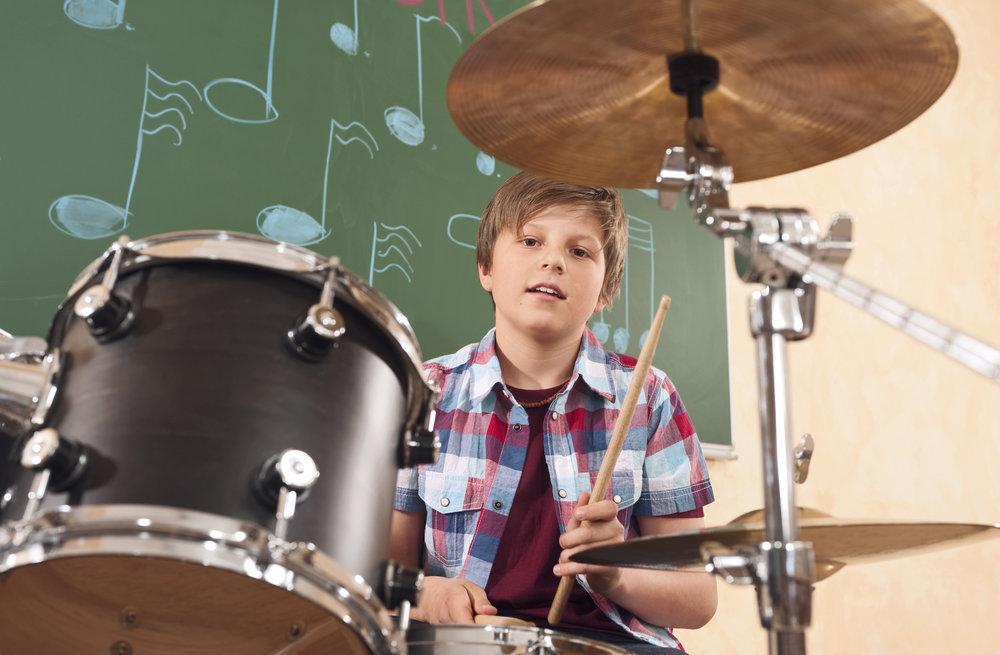 Deutschland,Emmering,Teenager (14-15) spielt Schlagzeug,Portrait