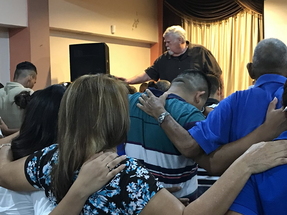 Johnny-Moffitt-praying-for-honduras.jpg
