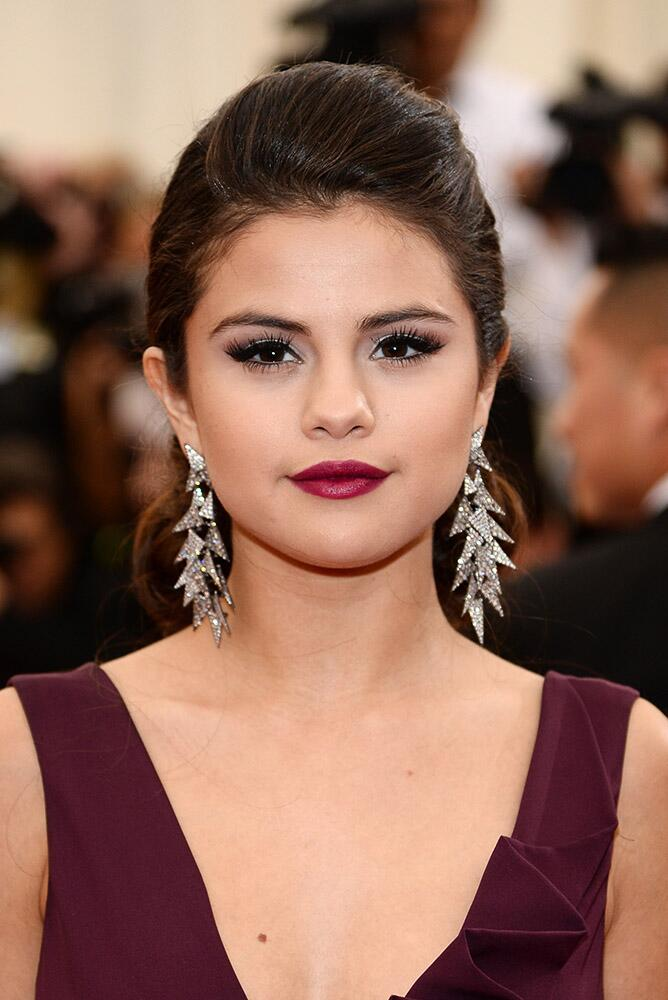 Selena Gomez rocked the red carpet with her funky silver earrings.