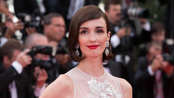 Paz Vega took the jewelry theme in a different direction, wearing a pearl-embellished Elie Saab Couture column gown in a modern-looking shorter length (and Chopard diamond drop earrings).