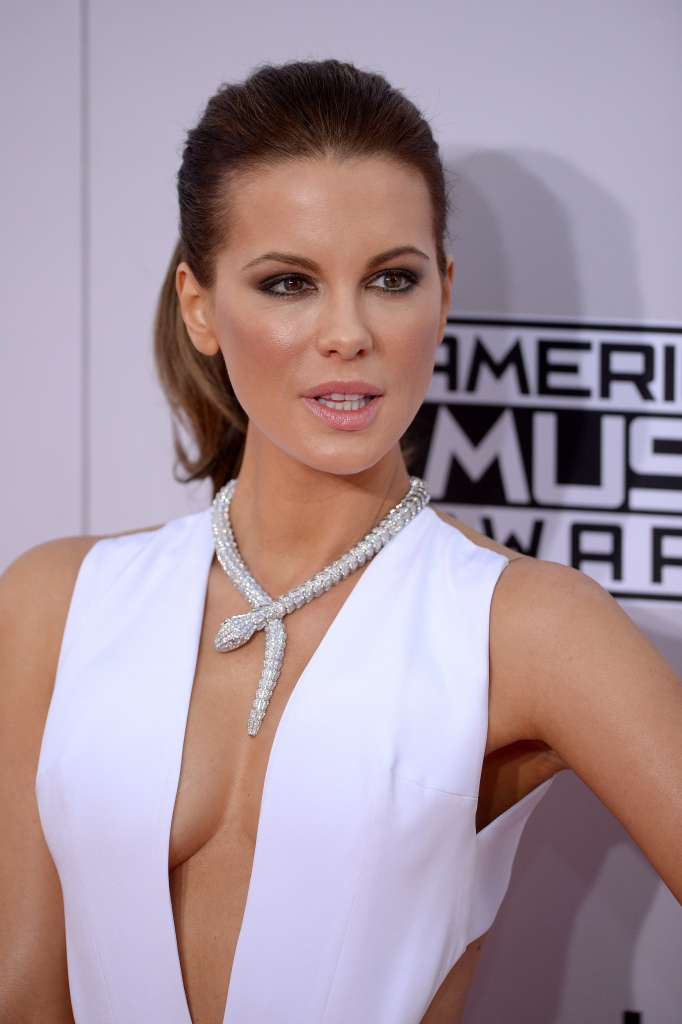 Kate-Beckinsale-AMA-Necklace-Diamond-Jewelry-Chicago-2.jpg