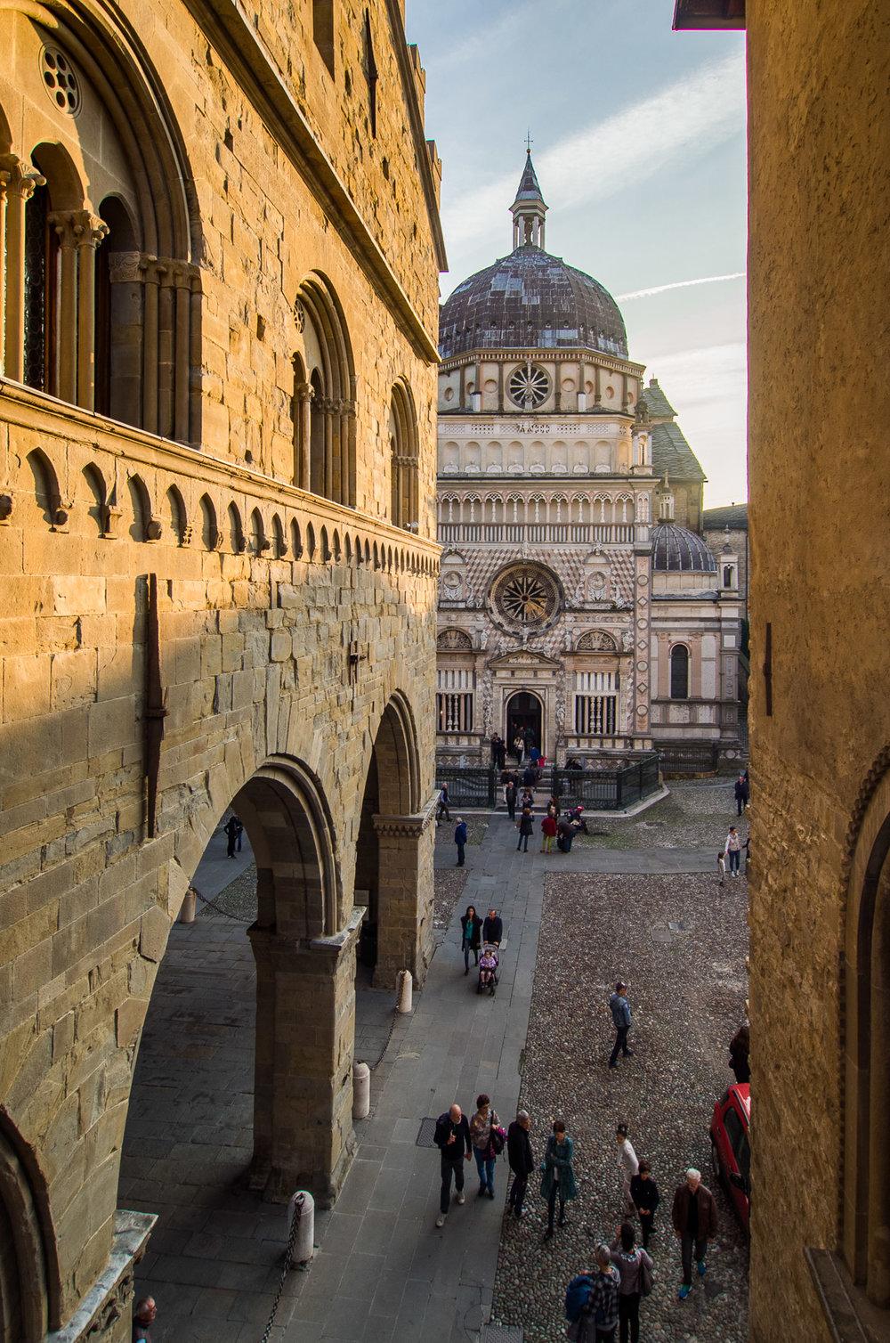 Palazzo Ragione met uitzicht op de Basilica di Santa Maria Maggi