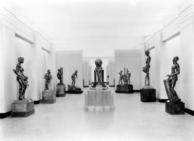 Photograph of  Hall of Races of Man  exhibit, Chicago Field Museum, 1930s.  (Wikimedia Commons)