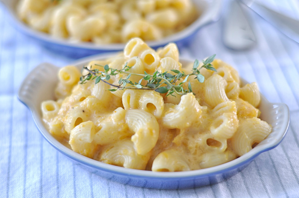 Stovetop butternut squash mac & cheese - an easy, vegetarian dinner that's heavy on veggies and light on cheese | Shiny Happy Bright