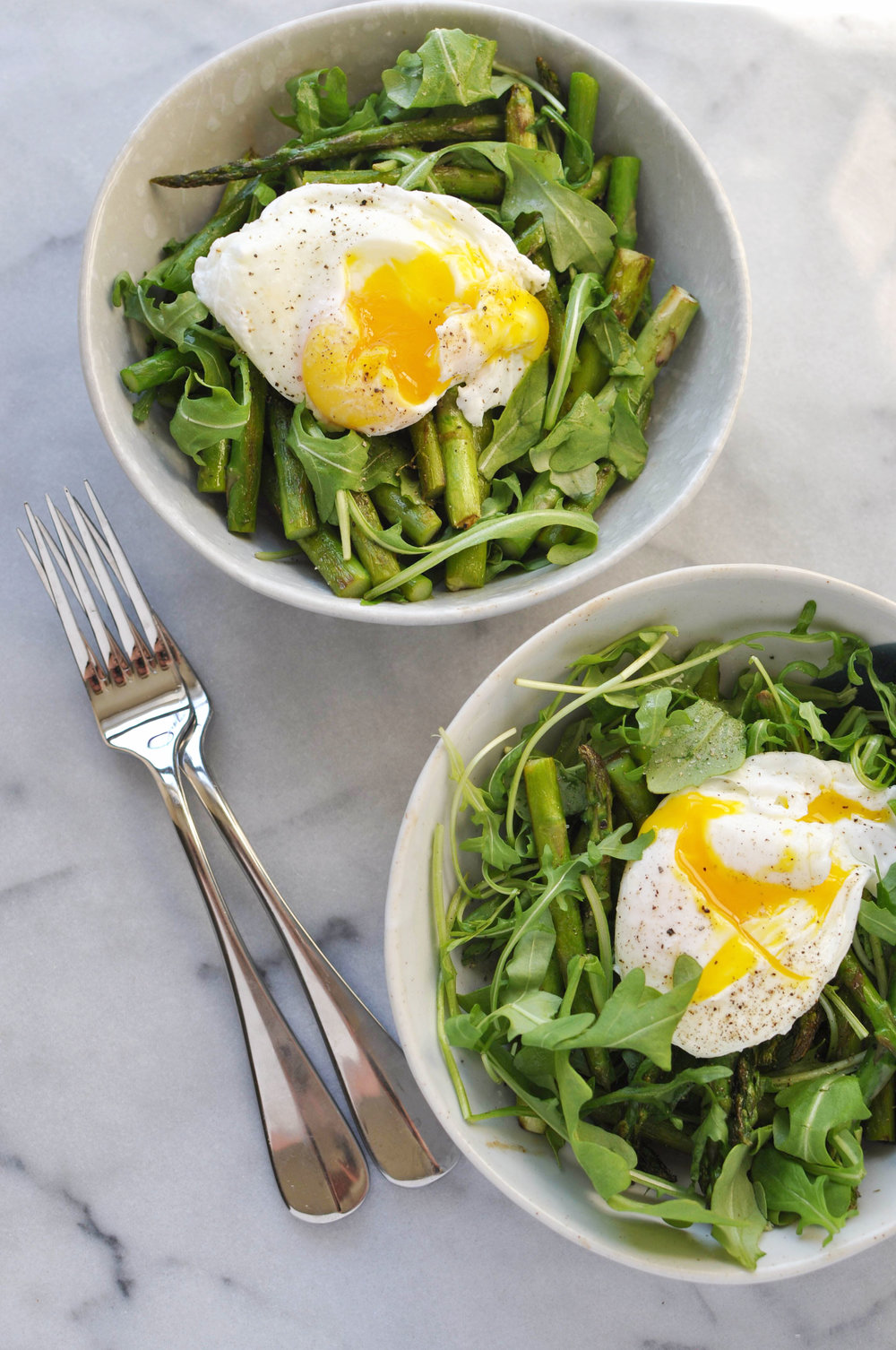 A healthy breakfast of arugula, asparagus, and a poached egg. A perfect, vegetarian meal. | Shiny Happy Bright