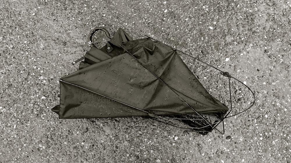 Paraguas roto bn