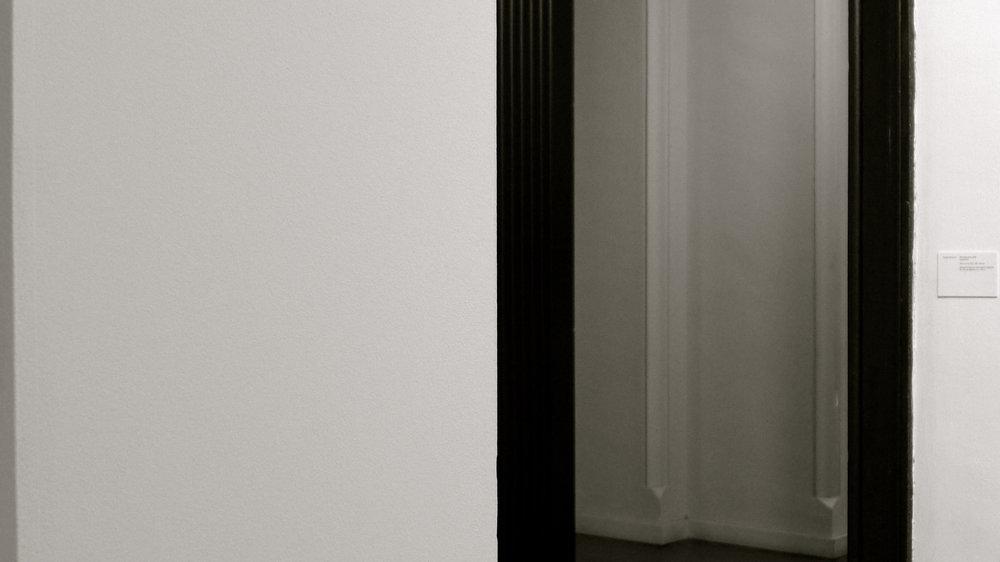 Sandra Montero Reorientaciones, 2016 Instalación. Muro en DM. 250 x 250 x 50 cm