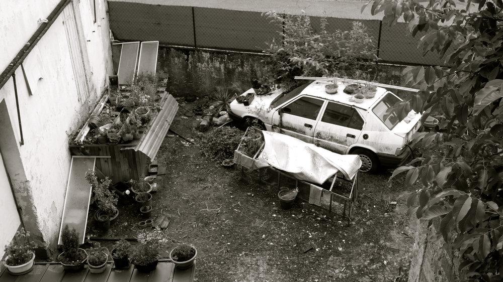 Coche en el patio