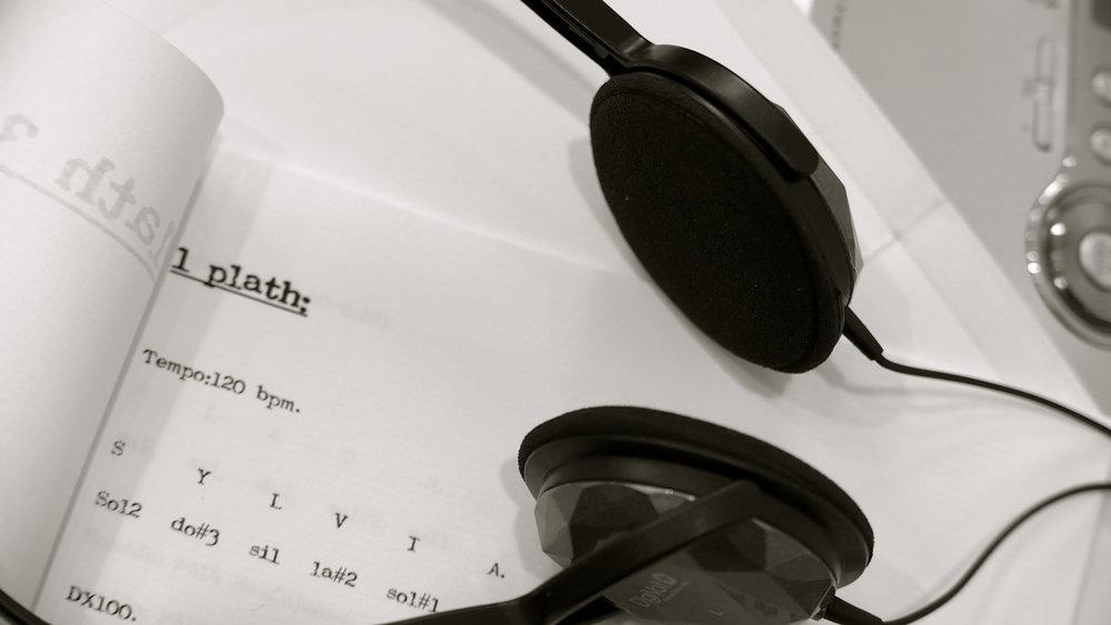 ANTUÁN DUCHAMP  Plath 3/5′  Plath 3/5′, 2018  Carpeta: 220 x 130 mm. Canson blanco, 185 g/m2  Cuadernillo: 190 x 124 mm / 12 páginas / Tipo de letra Royal 200 normal -marca de la máquina de escribir de Plath-.  Antuán Duchamp [Plath (5′) - 2