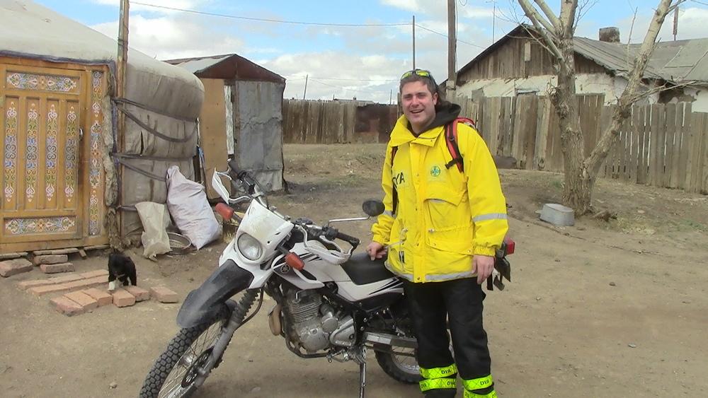 """Mi nombre es Alvaro Saiz y llevo 3 años en Mongolia como cooperante de la ONG """" La Otra Mirada"""" construyendo casas y ofreciendo tratamientos a niños huérfanos y/o enfermos. Al carecer de vehículo propio siempre tengo que recurrir a alquileres y en todos los años que llevo en este país Drive Mongolia son los únicos que de verdad ofrecen servicios de calidad, sin dejarte tirado como la mayoría de las empresas en este país. Disponen de vehículos de asistencia y reemplazo en caso de que sea necesario, algo que no lo hace ninguna otra empresa, por lo que los turistas disfrutan plenamente de sus vacaciones sin sobresaltos ni perdiendo días por culpa de los imprevistos. En mi caso la mayoría del tiempo circulo por la ciudad o los pueblos cercanos y creedme, con este tráfico no hay nada mejor que moverse en moto. Siempre que he tenido algún percance no han tardado en responder y en solucionarlo como si de una empresa europea se tratara y eso cuando tienes unos días limitados de estancia en el país se valora y mucho. Es la mejor opción si no quieres que tus vacaciones puedan convertirse en una pesadilla."""