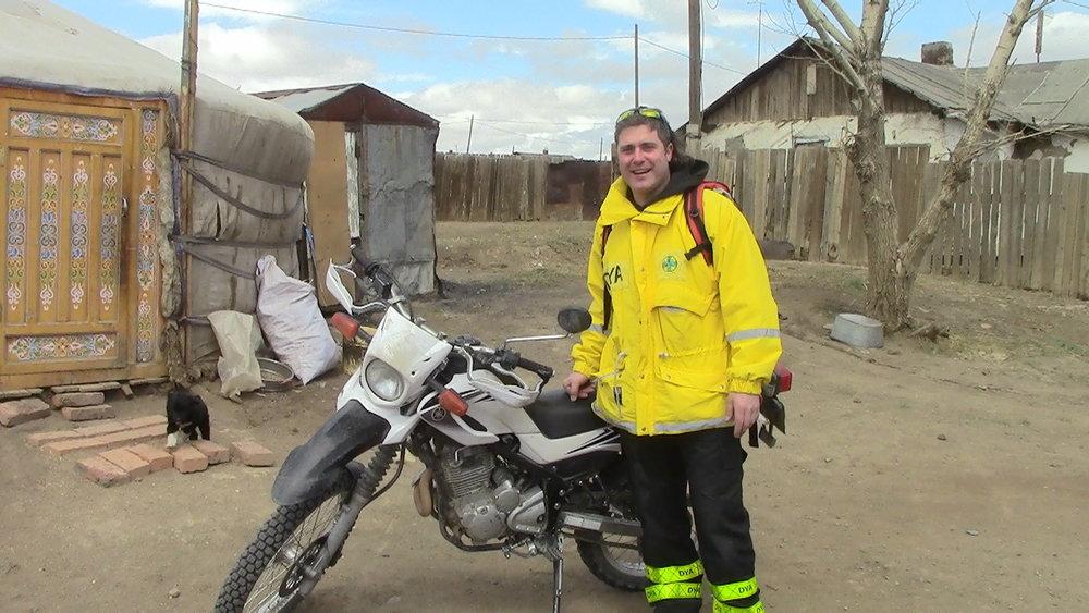 """- Mi nombre es Alvaro Saiz y llevo 3 años en Mongolia como cooperante de la ONG """" La Otra Mirada"""" construyendo casas y ofreciendo tratamientos a niños huérfanos y/o enfermos.Al carecer de vehículo propio siempre tengo que recurrir a alquileres y en todos los años que llevo en este país Drive Mongolia son los únicos que de verdad ofrecen servicios de calidad, sin dejarte tirado como la mayoría de las empresas en este país.Disponen de vehículos de asistencia y reemplazo en caso de que sea necesario, algo que no lo hace ninguna otra empresa, por lo que los turistas disfrutan plenamente de sus vacaciones sin sobresaltos ni perdiendo días por culpa de los imprevistos.En mi caso la mayoría del tiempo circulo por la ciudad o los pueblos cercanos y creedme, con este tráfico no hay nada mejor que moverse en moto.Siempre que he tenido algún percance no han tardado en responder y en solucionarlo como si de una empresa europea se tratara y eso cuando tienes unos días limitados de estancia en el país se valora y mucho. Es la mejor opción si no quieres que tus vacaciones puedan convertirse en una pesadilla."""