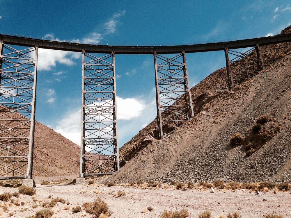 """Un viaduc du """"Train de las nubes"""", à4200 mètres d'altitude, construit en 1932."""