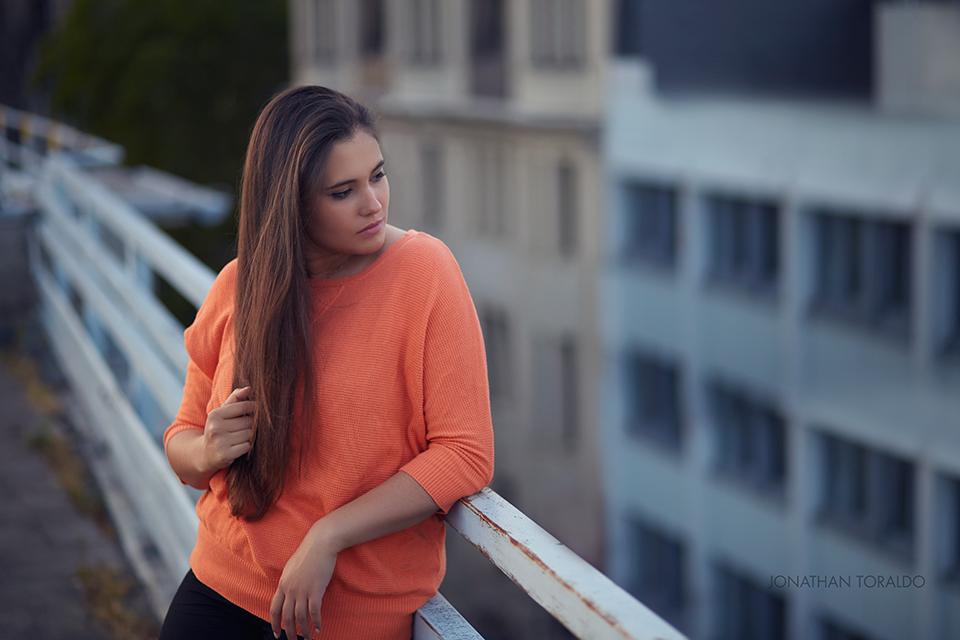 model-orange-pullover-look.jpg