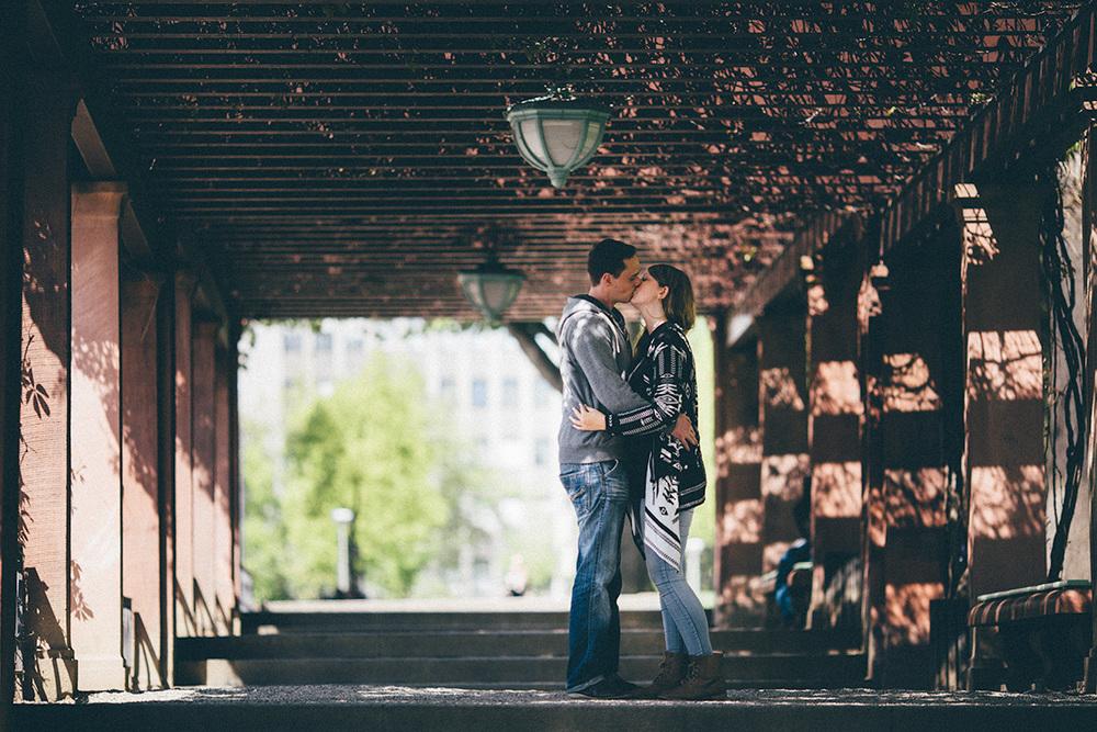 sonja-patrick-kiss-lamp-alley-mannheim-couple-portrait.jpg
