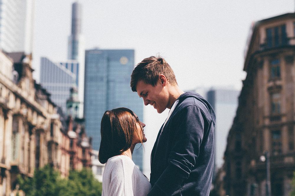 angelina-chris-couple-portrait-skyline-frankfurt-love.jpg