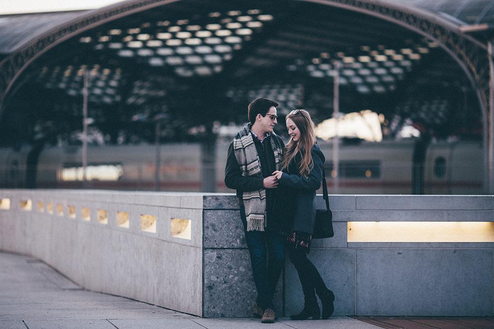 sarah+alma-couple-portrait-cologne-trainstation-sunset.jpg