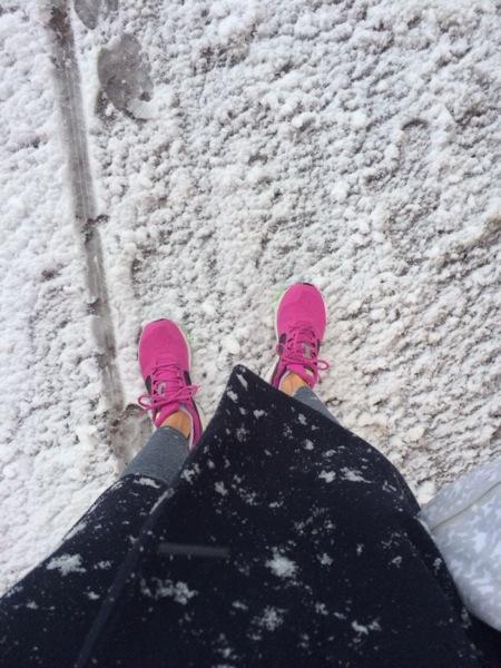 Lite halvrisigt underlag påväg in i friidrottshallen idag när vintern gjorde comeback