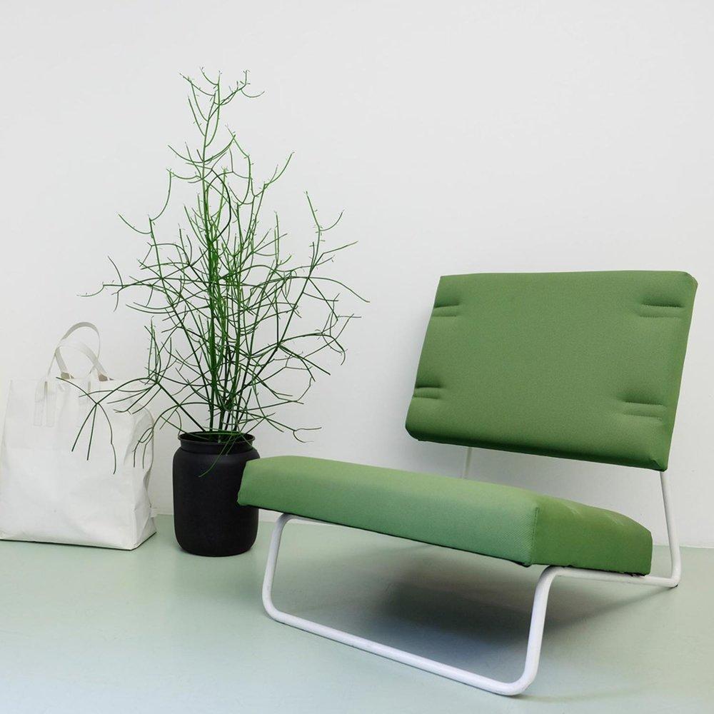 Avocado und Birne Photomontage auf grauem Hintergrund.