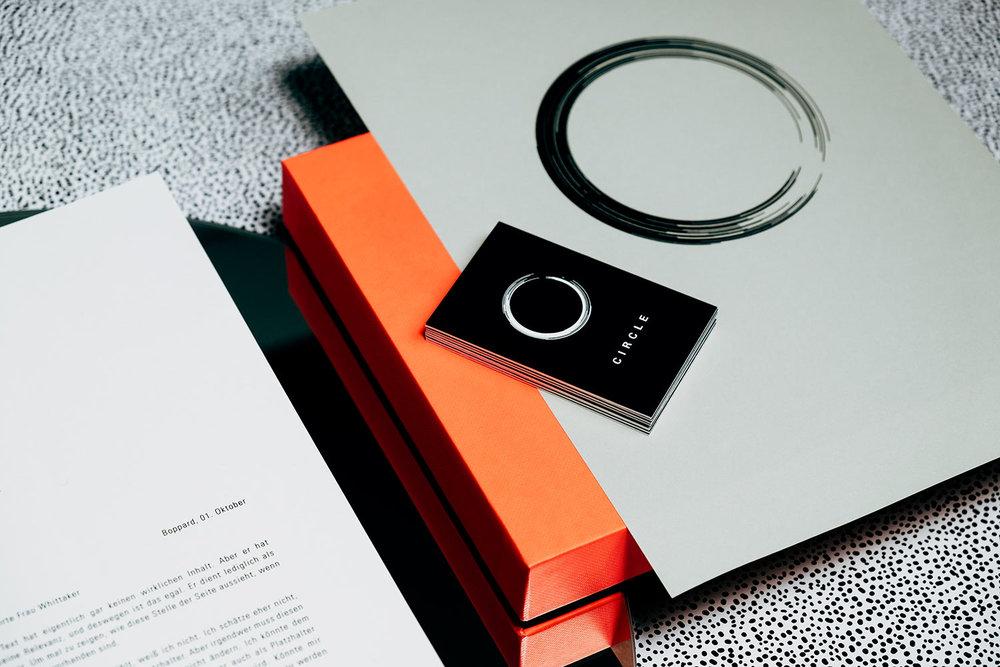 Design Briefbogen und Umschlag auf Kork und und Marmor und grüner Tapete.