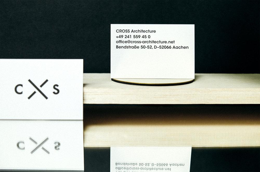 Blauer Briefbogen mit grauem und schwarzem Umschlag auf Marmor und Kork.