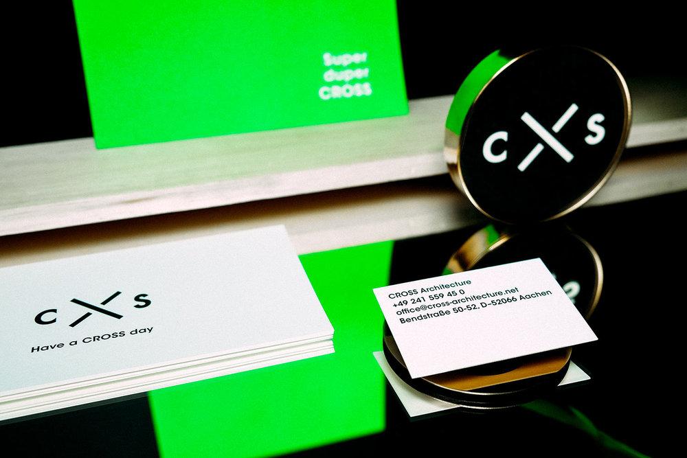 Seitenansicht von Briefpapier in blau und weiss auf hellgrüner Tapete