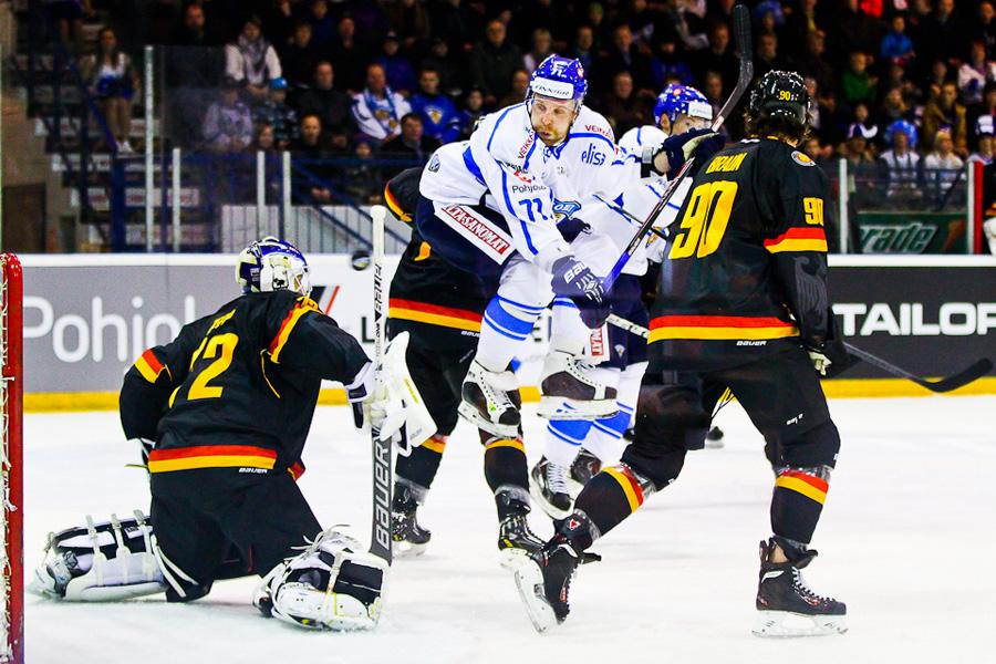 Leo Komarov maskimiehenä Suomen ja Saksan välisessä kamppailussa. © Joona-Pekka Hirvonen / Jatkoaika.com